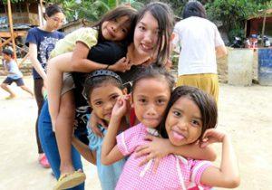 フィリピンの山野集落の子ども
