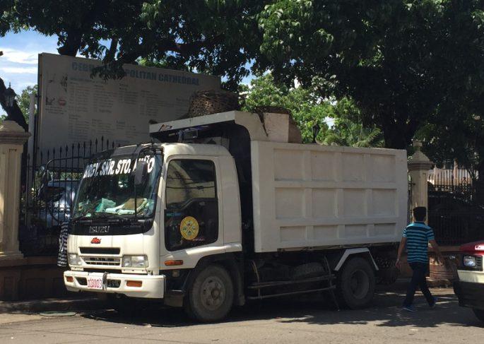 フィリピンのゴミ収集車