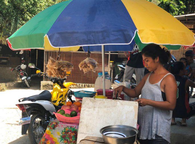食べ物を販売する女性