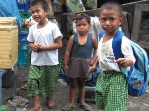 学校教育を受けるセブの子ども