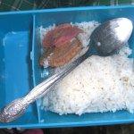 フィリピンの小学校の給食と生徒のお弁当