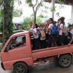 フィリピンの小学生はバイク通学! しかも5人乗り