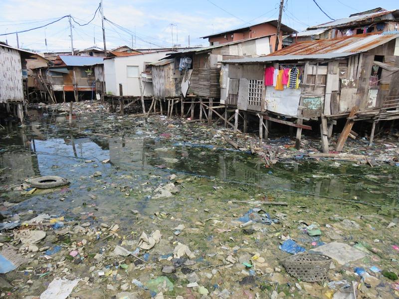 セブのスラムのゴミ