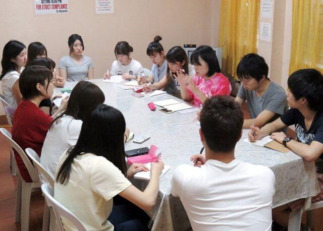 海外ボランティアに参加する大学生